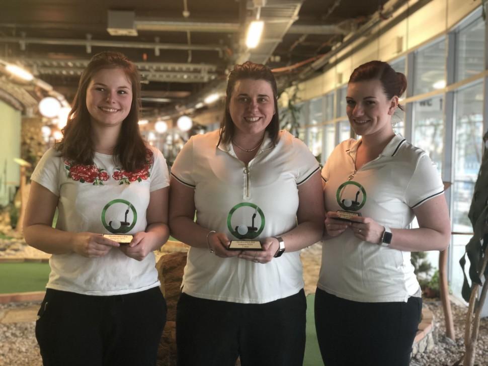 Uprostřed vítězka v kategorii ŽENY Veronika Reed, vlevo druhá Tereza Marková a vpravo třetí Kateřina Reed